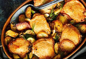 Zapečeni pileći batci s krumpirima, tikvicama i maslinama