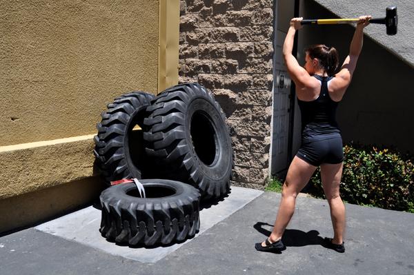 Pratiquante_de_CrossFit,_faisant_l'exercice_de_frappe_sur_pneu