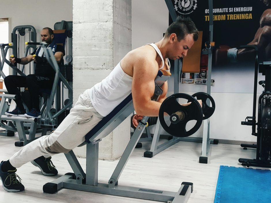 biceps pregib leežeći na prsaa na kosoj klupi